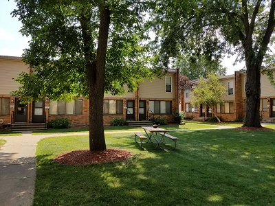 Glendale Townhomes - Gigantic Courtyards with Mature Trees, Shrubbery, and Tons of Green Space