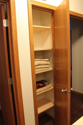 Glendale Townhomes - Great Storage For Linens In 2 & 3 Bedrooms